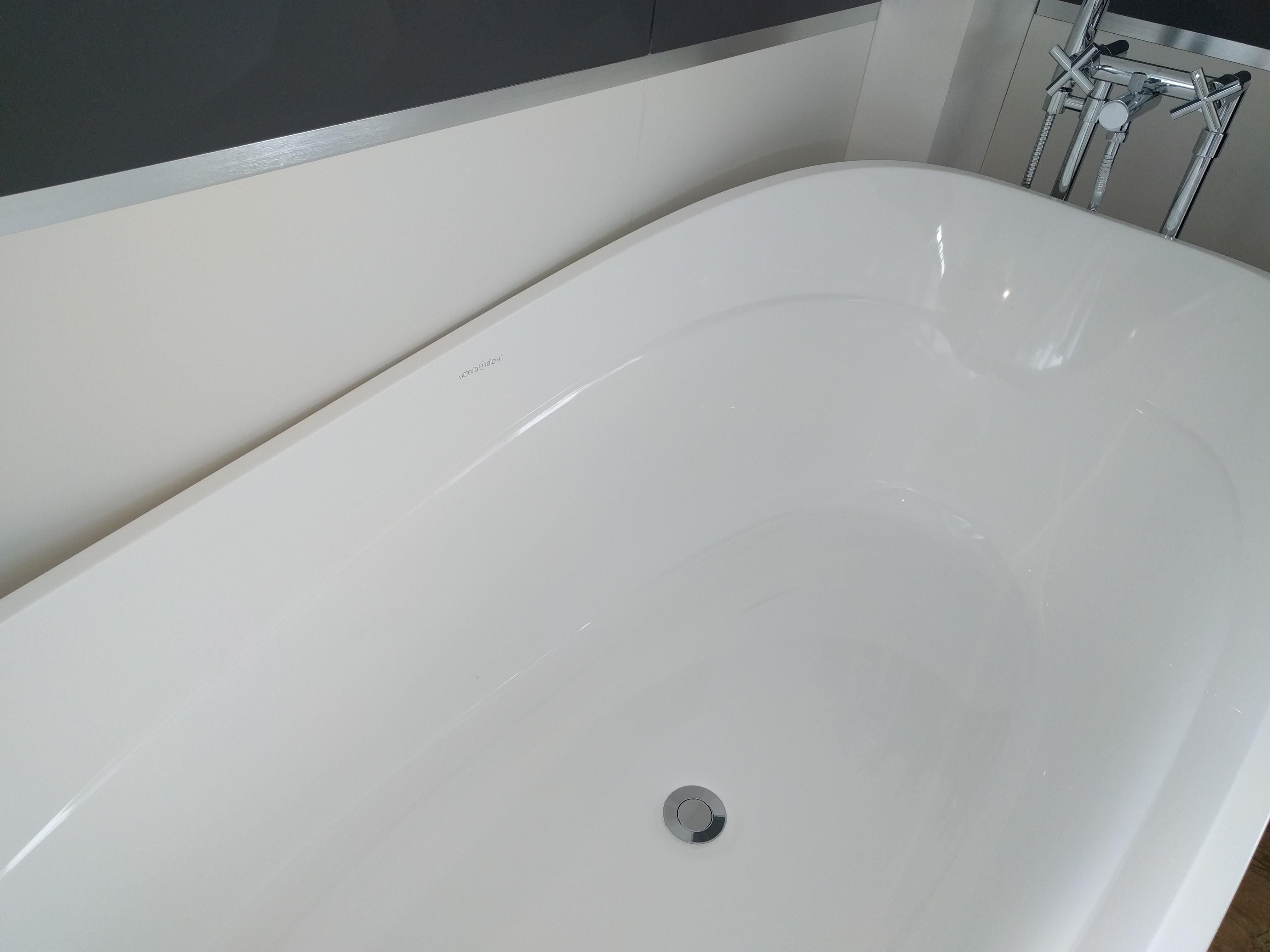 baignoire de couleur de quelle couleur la baignoire baignoire iris version plus novellini. Black Bedroom Furniture Sets. Home Design Ideas